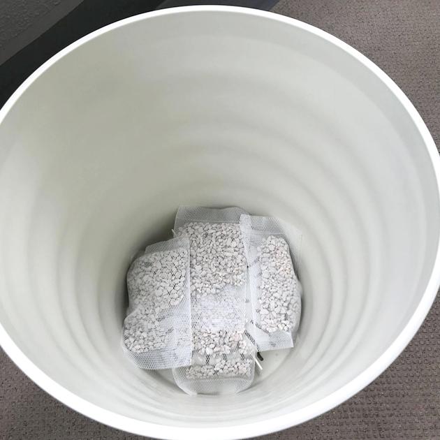 新しい鉢に鉢底石を敷く